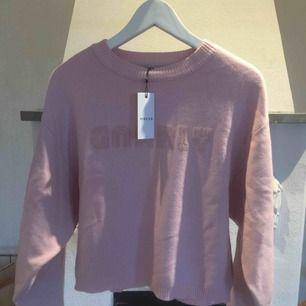 Stickad tröja med text, aldrig använd. Köparen betalar frakten :)