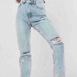 Superballa jeans från Missguided! Hög midja, slitningar på knän, lite bredare vi anklarna. Ingen stretch så rekommenderas till storlek 34/36 beroende på hur man vill att dom ska sitta. 350kr inklusive frakt! (Helt nya och oanvända)
