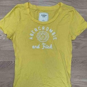 Gul T- Shirt i en liten L modell, sitter tight på mig som är en M. Fraktar om köparen står för frakten, kan mötas upp