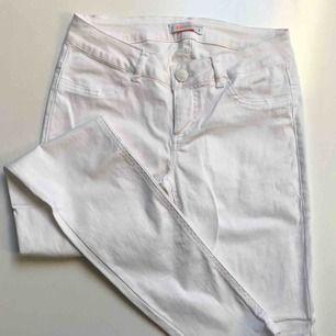 Vita jeans byxor som är använda endast en gång. Dem har inga fläckar eller liknande. Köparen betalar frakten