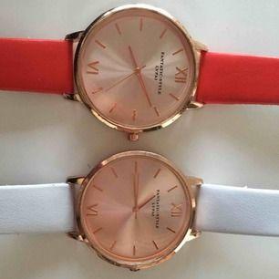 Säljer båda för 30kr plus frakt:)) Den röda är i rätt så bra skick och den vita i använd skick, men det är inget som syns när man väl har på sig klockan!
