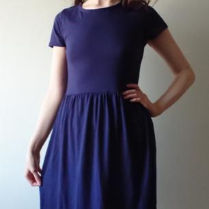 Lång mörkblå klänning från Topshop, storlek 34 Begnat men bra skick. Längden är ca 104 cm!