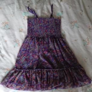 Paisleymönstrad klänning. Storlek XS men pga shirring och justerbara axelband tror jag den passar S också. Begagnat men bra skick.