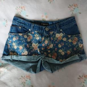 Supersöta shorts med blommiga detaljer!! Står ingen storlek men uppskattar XS-S. Bra skick!
