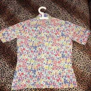 En jätte söt kortärmad skjorta med fina blommor på🍓  köpt secondhand✨ fraktar för 42kr eller så möts jag upp i slussen🌼