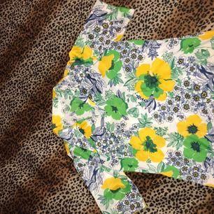 En fin 70 tals silkes liknande skjorta köpt på POP ✨ I fint skick! Frakt 42kr eller möts i slussen/Liljeholmen