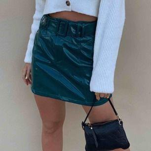 Denna as balla kjol! stolek M men jag är en S/XS! dvs liten i stoleken! Sällsynt och knappt ingen som har! Rikigt snygg till alla tillfällen! Använt 2 gånger! Min bild. JUSTERBAR!!