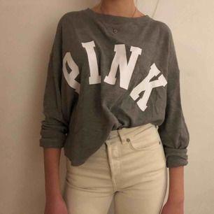 En bekväm och snygg tröja från Pink/Victoria secret. Utgångspriset var 400 kr. Inte använt alls mycket. Sitter väldigt fint på också!