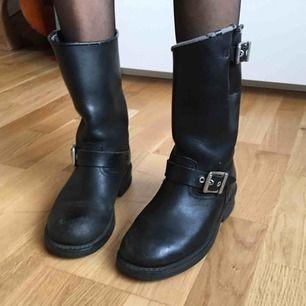 Svarta MC-boots med spännen i läder från Caterpillar.  (っ◔◡◔)っ MÅTT: Yttersula: 25,2cm Klack: 1,7cm