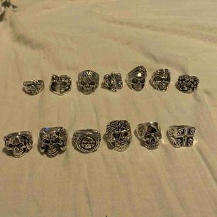 Dom fyra på de två sista bilderna är sålda! Säljer massa olika ringar i silverfärgad metall. 1 för 150kr 2 för 250kr 3 för 350kr Alla är helt nya, så de är alla i fint skick. Om det är något du funderar över så är det bara att fråga.