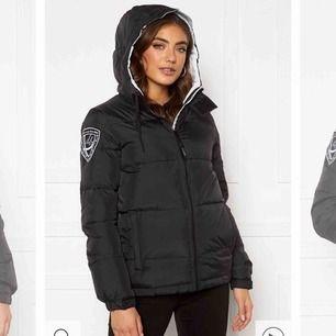 Klassisk eskimå jacka från d'brand i dun med vit insida och svart utanpå! Använd endast en vinter! Nypris 1999kr