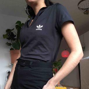 Stretchig Adidas T-shirt i 90%polyester och 10%elestan med krage.  (っ◔◡◔)っ MÅTT: Byst: 45cm Längd: 54cm Ärm: 15,5cm