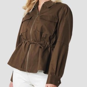 """Brun jacka från NA-KD, """"Short Oversized Marked Waist Jacket Brown"""". Aldrig använd, säljer eftersom den är för stor för mig. Köparen betalar frakten."""