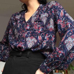 SUPERMJUK mörkblå blus i 100% Modal och knäppning i bröstet.  (っ◔◡◔)っ MÅTT: Byst: 69cm Längd bak: 66cm Längd fram: 56cm Ärm: 59cm