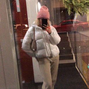 Jacka från weekday i nyskick, använd fåtal gånger. Möts i Stockholm eller fraktar men då tillkommer frakt kostnad.  Kan skicka fler bilder!