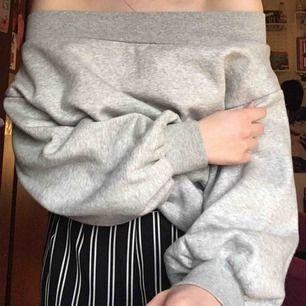 Säljer en skitsnygg grå off shoulder sweatshirt med ballongärmar från Hm, använd endast 1 gång. Den har ett supermysigt & skönt material inuti!☁️☁️