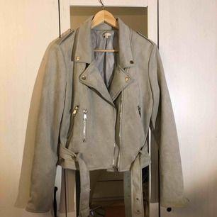 Gråfärgad vår/sommar jacka som har använts under 1 sommar.
