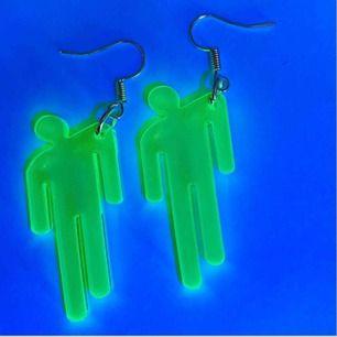 skit coola neon gröna Billie Eilish örhängen med hennes symbol på! 🤩 dessa är sjuukt balla och perfekt för alla Billie fans! ☺️ (frakten bjuder vi på) ALLT VI SÄLJER ÄR NYTT/OANVÄNT OCH FINNS BARA ETT BEGRÄNSAT LAGER AV! 🧚