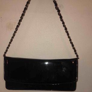 En svart lack väska som man kan ha över axeln🥰 Superfin! +frakt