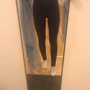 Svarta, högmidjade jeans från Gina Tricot som från början såldes för 299 kr och nu för 99 + frakt. Kan skicka fler bilder💗