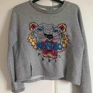 Sweatshirt med kenzo-tryck. Ej äkta, därav priset. Storlek S. Frakt 63:-