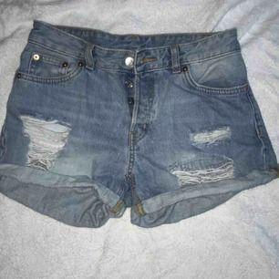 jeansshorts från monki ritat dit smileys själv fraktar men köparen står för frakten pris går att diskutera