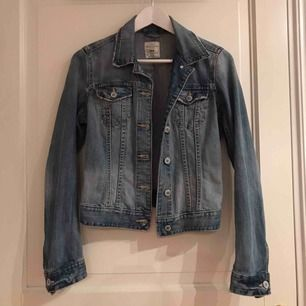 Jeansjacka från H&M, nästan aldrig använd.