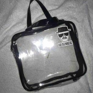 genomskinlig väska som jag satt ett klistermärke på, går att ta bort  det är smuts på det under alltså inte väskan fraktar men köparen står för frakten  pris kan diskuteras