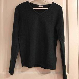 Mörkgrön v-ringad tröja, nästan aldrig använd