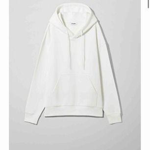 Säljer en vit hoodie ifrån Weekday i storlek S i fint skick, köparen står för frakt🥰
