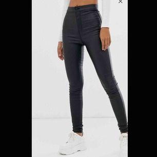 """Supersnygga svarta jeans med beläggning. De är precis lagom """"blanka""""/läderliknande. Endast provade men känner att jag inte trivs i den höga midjan. Det är storlek XS men de är stretchiga så anpassar sig väldigt bra även till S/M.  Frakt ingår i priset."""