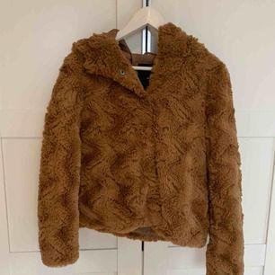 En tunnare brun pälsjacka ifrån VeroModa. Bara använd cirka tre gånger, den är som ny. Säljer pågrund av att den inte kommer till användning