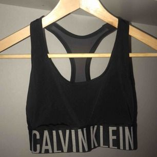 Calvin Klein sport-bh storlek S.  Bra skick . Frakt betalas separat av köparen✨ Finns möjlighet att mötas i Stockholm ♻️