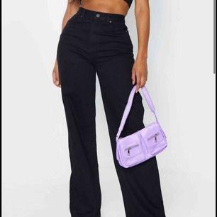 Skitsnygga utsvängda svarta jeans!! Är i modellen shape vilket gör att dom sitter snyggt i midjan, runt höfterna och på rumpan 🥰 helt nya, lappen kvar