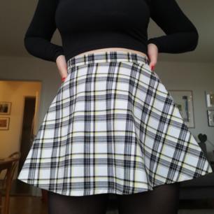 Kort rutig kjol från AA. Storlek S, men har lite stretch så passar 34-38 :) perfekt skick!  Kan skicka mot frakt på 50kr eller mötas upp i Stockholm