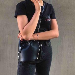 Jättesnygg väska från zara! I läderimitation, påsmodell. Frakt på 59kr lägg till om man inte kan mötas upp i Gbg💞