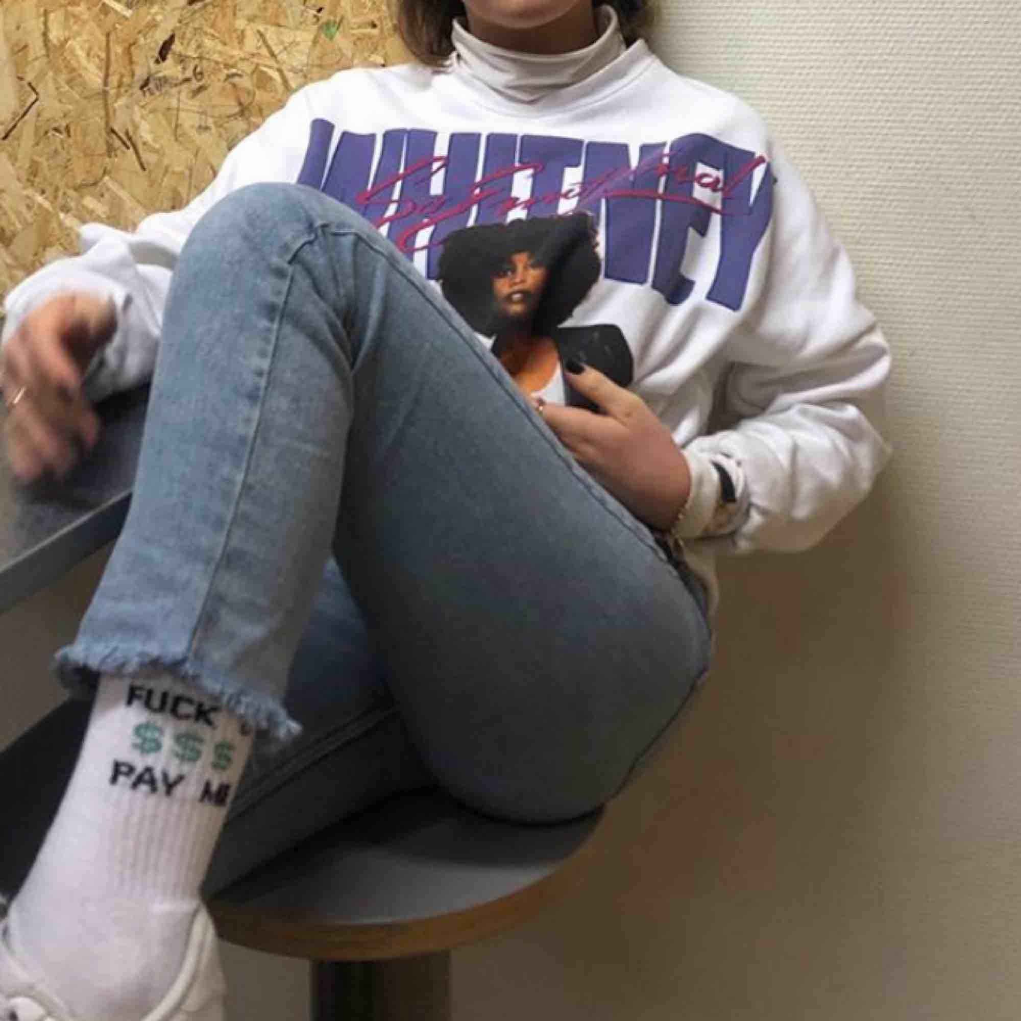 Jättefin sweatshirt från Stay med Whitney Huston tryck. Oversized i modellen, sitter jättesnyggt på mig som är xs i vanliga fall.. Toppar.