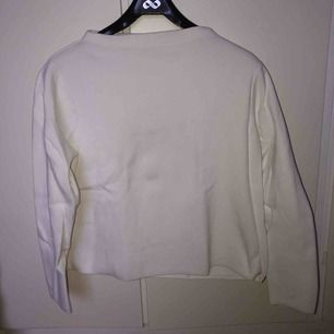 100% bomull från Åhlens. Väldigt fin basic tröja :)