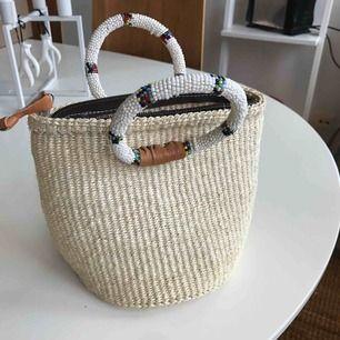 Liten söt vintage handväska med handgjorda pärlhandtag och äkta skinndetaljer.  Frakt 63:- spårbart med postnord.