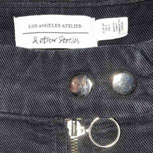 Svarta jeans från & other stories. Cool modell och väldigt bekväma!
