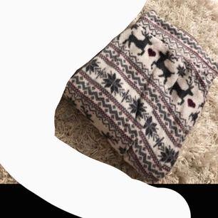 VÄRLDENS mysigaste byxor, hur sköna som helst och är som i Fleece material ! Aldrig använda då de var för stora tyvärr! 💓💙🤍💜😍