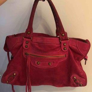 Snygg och cool Balenciaga inspirerad väska, den är i mocka! Skitsnygg😍😍