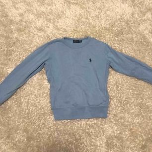 Supersnygg ljusblå Ralph lauren tröja!! Säljer pga för liten och använder ej, sparsamt använd!! Frakt betalar köparen men jag kan mötas upp i Sthlm :)) priset kan absolut diskuteras 😁💙🙏🏽🧚🏼♀️