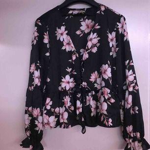 Delikat blus i silke, köpt på bikbok och aldrig använd. Kan mötas upp i Växjö/Alvesta annars betalar köparen frakt! :)