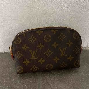 Louis Vuitton cosmetic pouch replica, finns serienummer, tillkommer dustbag. Aldrig använd. Spårbar frakt 63kr. (Inte äkta)