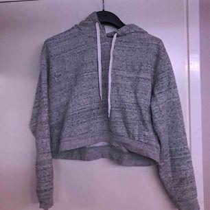 cropped hoodie i storlek L, köpt på HM. Har en liten röd fläck så är villig att sälja den billigare, möts upp i Växjö/Alvesta annars betalar köparen frakt!
