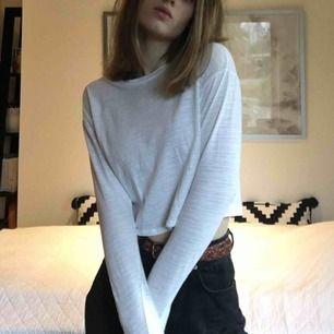 Vit långärmad tröja i tunt material, stl 34 (UK 6).  Säljer då jag har för många liknande. Endast använd ett fåtal gånger.
