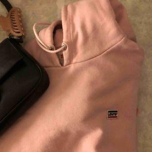 Levis hoodie i storlek Medium. Använd så har lite nopprigt tyg men inga andra defekter. Ganska lång och fett fin!!!!