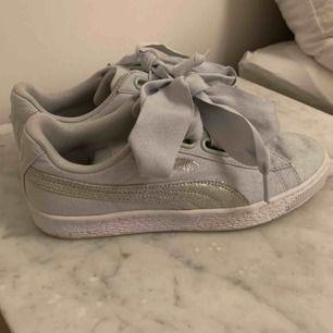 Superfina sneakers från Puma! Använda någon enstaka gång! Sidenband får man med. Frakt: 99 kr
