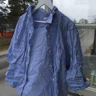 Super fin skjorta som är sjukt snygg knuten i midjan! Helt i nyskick! Skriv för mer bilder eller frågor:)